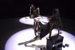 """""""דואטים לגוף ולכלי נגינה""""  מאת דניאל דנוייה (Daniele Desnoyer), להקת לה קארה דה לומב  (Le carré des lombes), קונצפט ועיצוב סאונד: נאנסי טובין (Tobin), רקדניות: Bronte Poire-Prest, Paige Culley, Ann Theriault, במסגרת קנדאנס, מרכז סוזן דלל, 17.1.2019/ מאת רות אשל"""